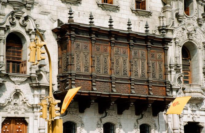 Limas Altstadt beherbergt wunderschöne Kolonialbauten mit reich verzierten Holzbalkonen