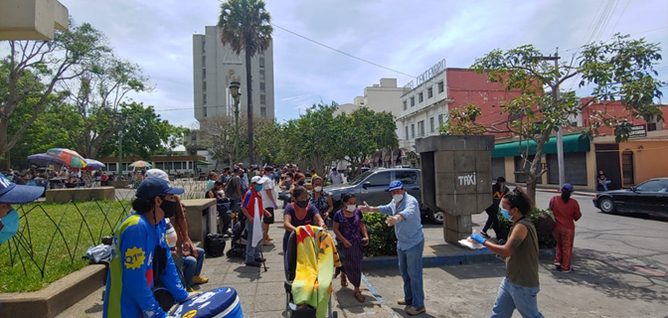 """Photo 3: Waiting line for the meal distribution of the """"Olla comunitaria"""" association in the historic center of the capital Source: Twitter / LaOllaCommunitaria, May 18, 2020"""