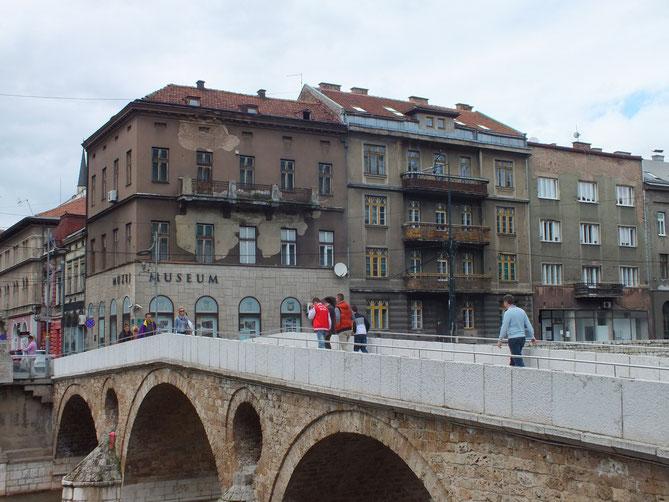 サラエボ市内ミリャッカ川の流れるラテン橋。正面に建つのはサラエボミュージアム