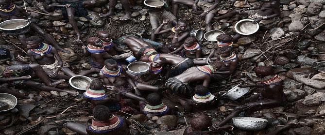 Donne Turkana lottano per la sopravvivenza. Foto Stefano De Luigi (modificata).