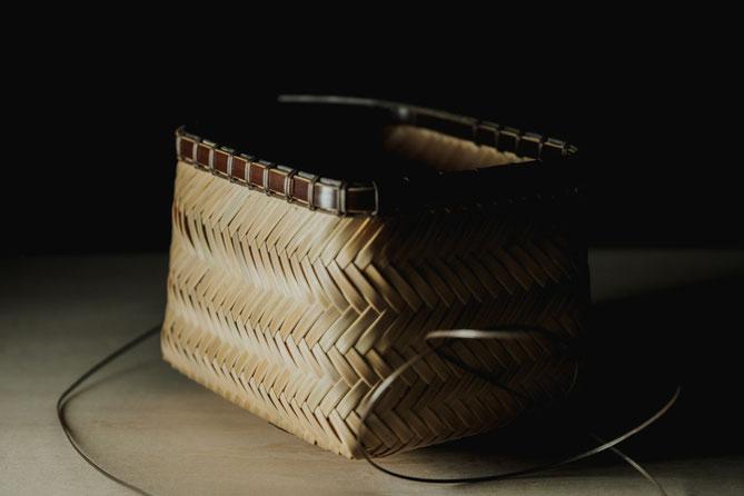 竹籠を編み上げて縁を付ける工程(茶籠) 竹工芸家 初田徹 作