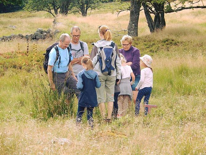 """Notre ami Hubert du Club vosgien explique aux promeneurs la présence de source d'eau au lieu-dit """"la Vieille montagne"""" (autrement appelé L'altenberg)"""