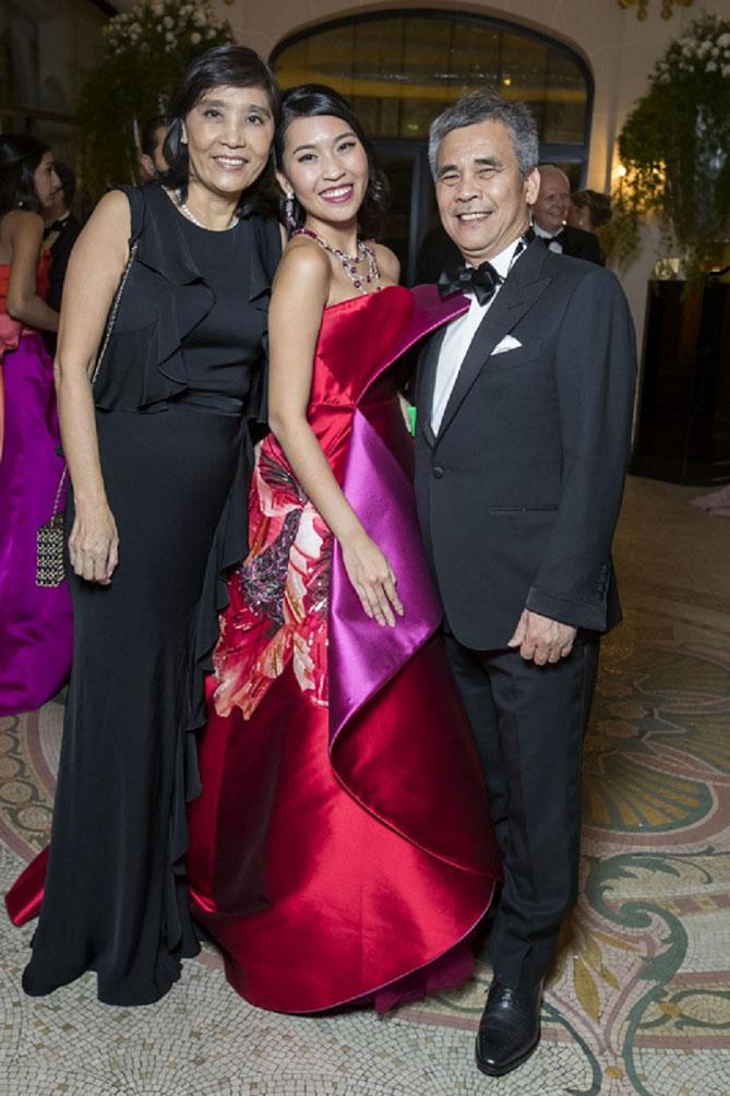 NAM PHUONG en ALEXIS MABILLE et bijoux PAYAL New-York, entre ses parents, NGUYÊN Ngôc Diêp et DINH BA Thanh