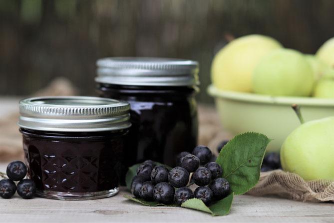 Aronia-Apfel-Marmelade mit Aroniabeeren und Äpfeln