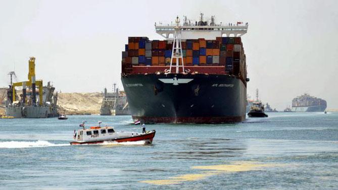 Tropfen auf dem heißen Stein: Vor einem Jahr wurde die Erweiterung des Suezkanals als nationaler Neuanfang inszeniert. Ein Jahr später fehlt vom Geldregen noch jede Spur - auch wegen des Konkurrenten in Panama.