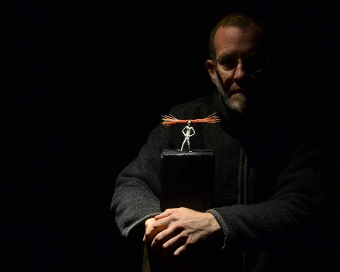 Holger Schulz med skulpturen Ms Longstocking silvergjutning, trä, borst