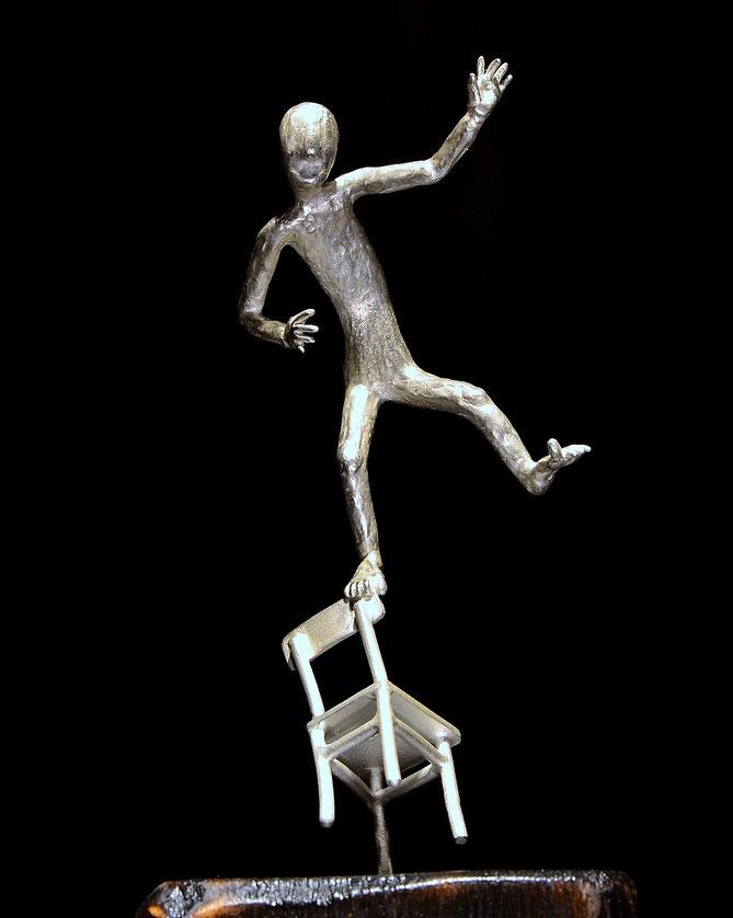 Balance Skulptur aus Silber und Holz Künstler Holger Schulz Småland Schweden