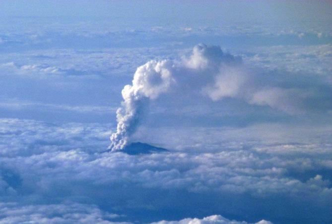 9月27日・御嶽山爆発の噴煙・上空飛行機より