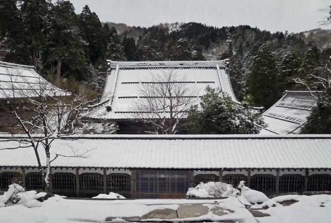永平寺法堂から仏殿裏の雪景色
