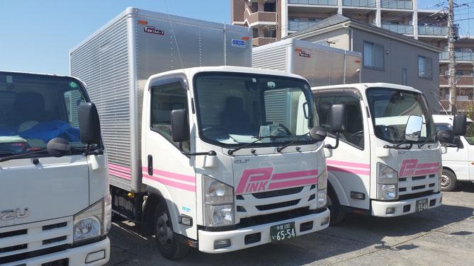 同社の通称は「ピンクの引越センター」。鮮やかなピンクのラインが目印。
