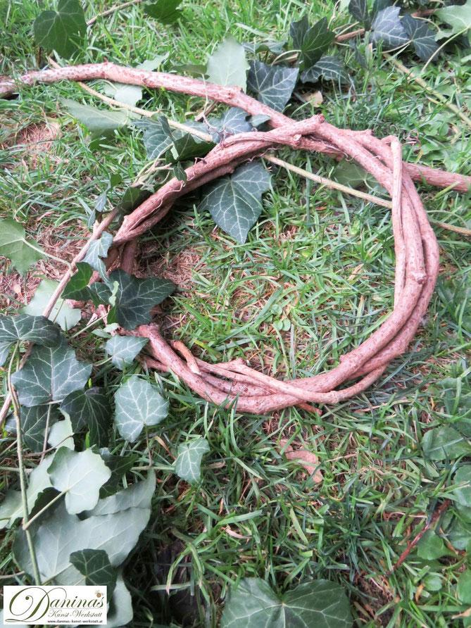 Rebenkranz binden. Herbstkranz mit Efeu für den Garten selber machen.