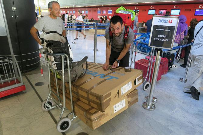 Emballage final des vélos à l'aéroport