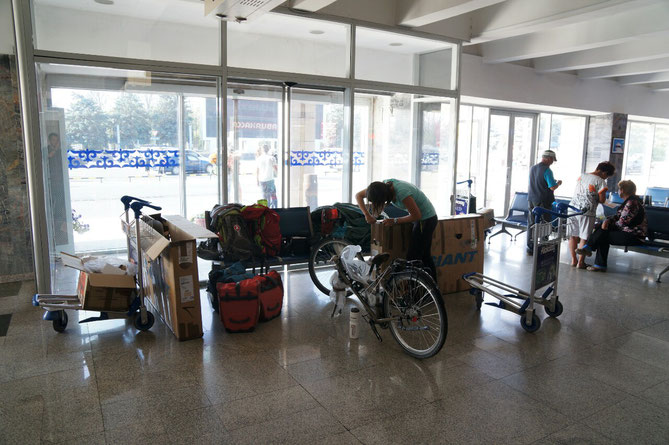 Déballage des vélos a Bishkek : nous sommes rassuré,  tous semble en bon état