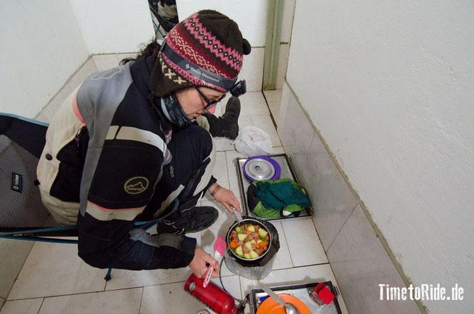 Brasilien - Südamerika - Reise - Motorrad - Honda Transalp - Camping in Cambara do Sul - Essen kochen im Klohaus