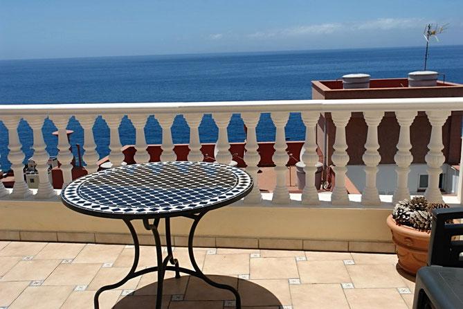 Gemütlicher Balkon mit Blick zum Horizont über dem Meer.