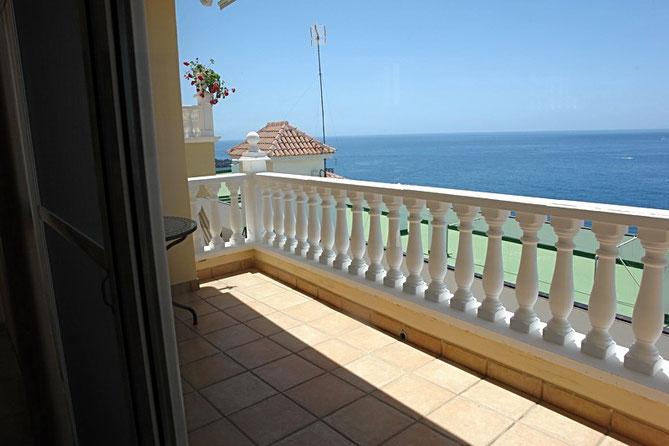 gefliester Balkon mit Meerblick