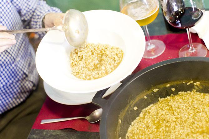 El arroz en caldero y meloso con el sabor de un buen marisco noble es fantástico