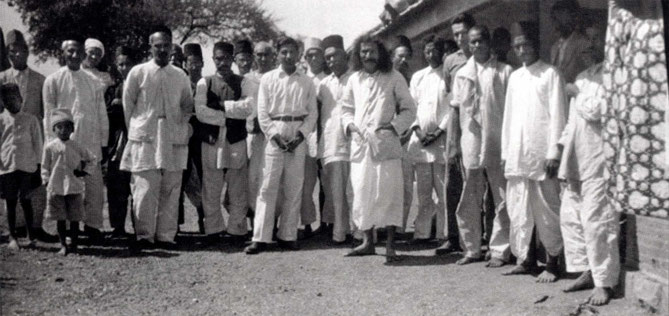 1930 : Meher Baba with his men. Photographed by Paul Brunton.