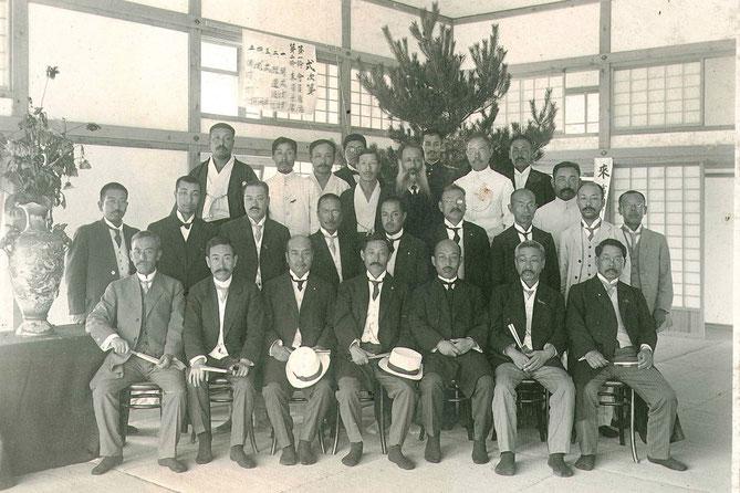 風格ある明治の人々が映る100年前の開講時の記念写真(写真提供:北安曇教育会)
