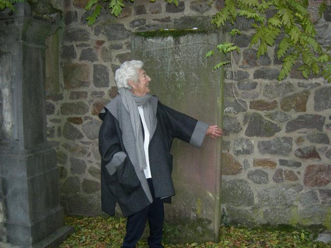 Elsbeth Juda am Grab ihres Vaters Prof. Julius Goldstein auf dem Jüdischen Friedhof Darmstadt-Bessungen, zu Gast beim Förderverein Liberale Synagoge, 16.11.2012 Foto: Martin Frenzel (FLS)