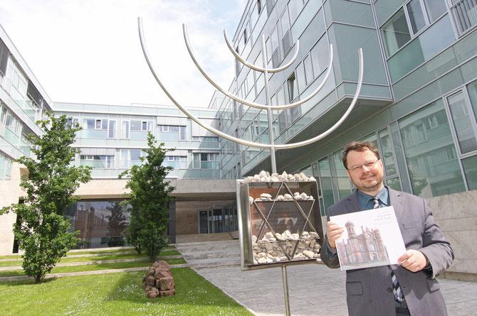 Erinnerungsarbeiter Martin Frenzel, Vorsitzender des FÖRDERVEREINS LIBERALE SYNAGOGE, vor der Gedenkstätte / Foto: Arthur Schönbein (Darmstädter Tagblatt)