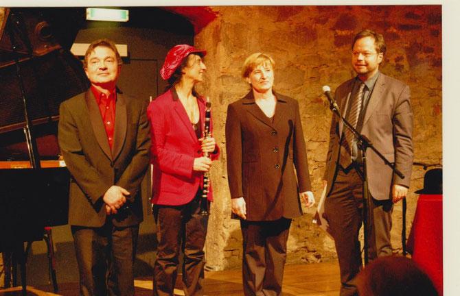 Ein erfolgreicher, sehr gut besuchter Konzertabend des FÖRDERVEREINS LIBERALE SYNAGOGE im Bessunger Jagdhofkeller: Iris Stromberger (2.v.r.), daneben Irith Gabriely (3.v.r.), Peter Przystaniak (li) und Martin Frenzel vom FLS (re)/Foto: FLS