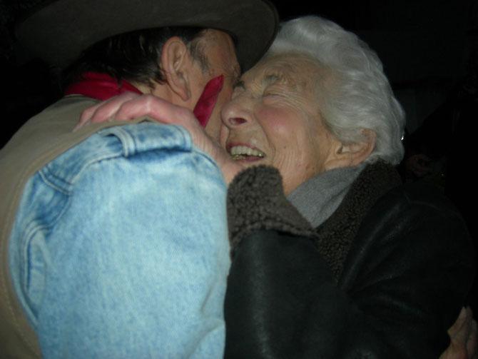 Tiefe Dankbarkeit: Elsbeth Juda umarmt den Kölner Stolpersteine-Künstler Gunter Demnig, der gerade die drei Stolpersteine für ihre in Auschwitz ermordete Schwiegerfamilie verlegt hat - Heidenreichstr.4 / Foto: Martin Frenzel (FLS)