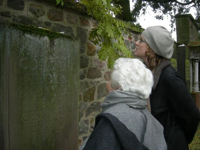 Elsbeth Juda am Grab ihres Vater Julius Goldstein, im Beisein ihrer Assistentin Frances / Foto: Martin Frenzel