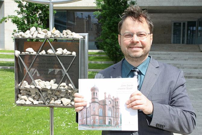 Vor der Gedenkstätte: Liberale Synagoge-Buchautor Martin Frenzel, Gründer und erster Vorsitzender des FÖRDERVEREINS LIBERALE SYNAGOGE / Foto: Arthur Schönbein (Darmstädter Tagblatt)