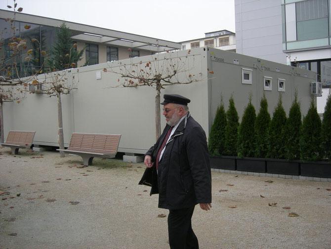 Rabbi Walter Rothschild auf dem Landsbergerplatz (Hintergrund: Der Kantinen-Container des Klinikums), Nov.2012 / Foto: FLS