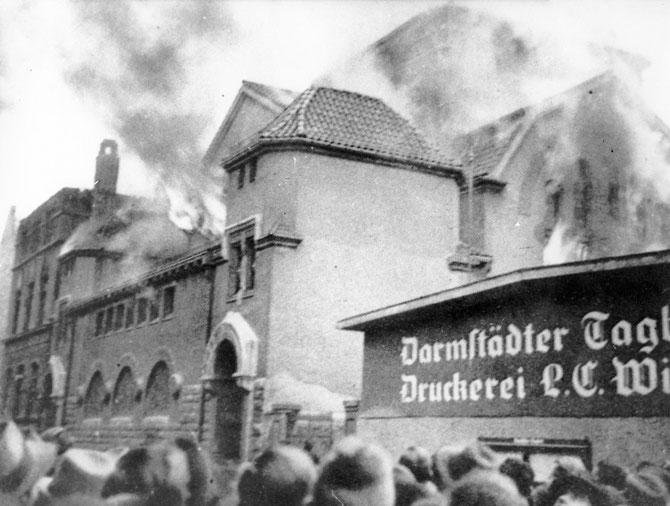 Brennende Orthodoxe Jugendstilsynagoge Darmstadt (daneben: Verlagsgebäude DARMSTÄDTER TAGBLATT) / Foto: Stadtarchiv