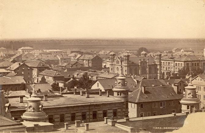 EINE ZIERDE UNSERER STADT: Die Liberale Synagoge Darmstadt - Darmstadts Dächer überragend (um 1900). Foto: (c) Stadtarchiv