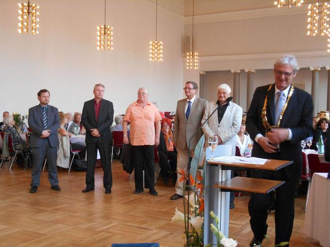 Ehrte Martin Frenzel für ehrenamtliche Erinnerungsarbeit: OB Partsch. Foto: Gabriele Claus (FLS)