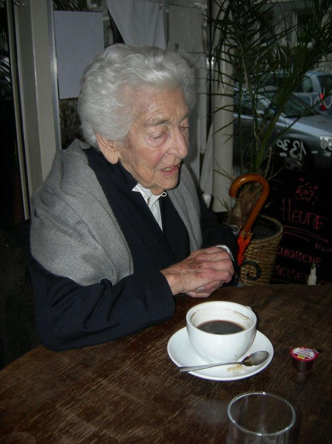 Elsbeth Juda beim Zeitungsinterview im Café Lotte Soderstr. - wenige Straßen entfernt von der Beckstr.87 und dicht an der Heidenreichstr.4, wo sie aufwuchs, im Woogsviertel. Foto: Martin Frenzel (FLS)