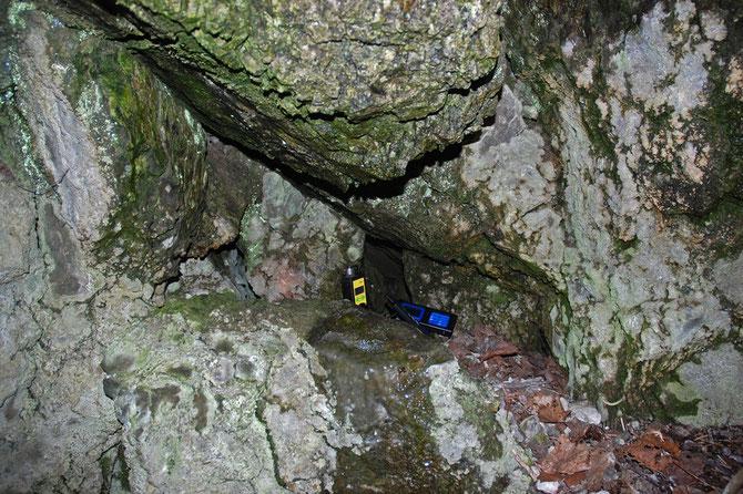 Bei Frost regelmäßig betautes Gestein über dieser Kluftspalte. Die Höhle atmet.