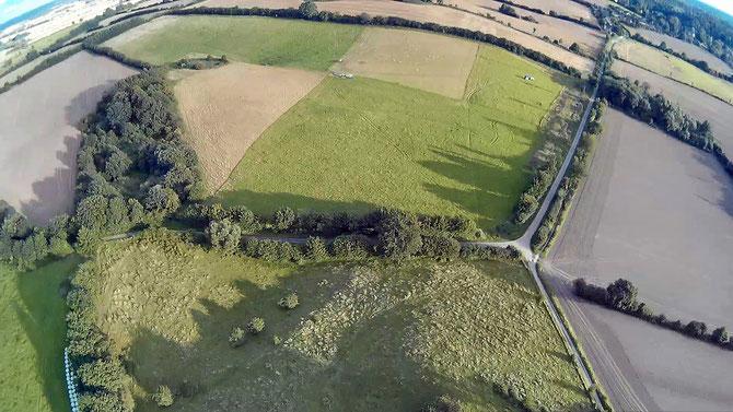 Südöstlicher Ausläufer des `Gebirges` (unten), `Apfelgarten` -eine sumpfige Senke unklarer Genese (links)- und ein Erdfall an seinem südlichen Ende,  Erdfall zwischen Moosberg (nicht im Bild) und Rönnauer Weg (oben, rechts von der Mitte) // Blick nach SSO