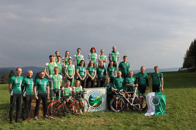 Die Triathleten des SV Burkhardtsgrün, gesponsert vom Vital Therapie- & Sportzentrum Schneeberg beim Leipziger Triathlon 2016.