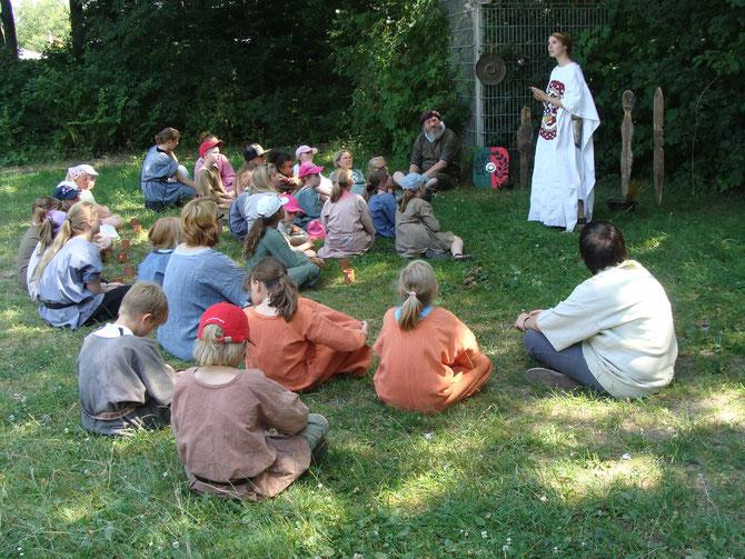Die Germanen lauschen den Geschichten der Priesterin