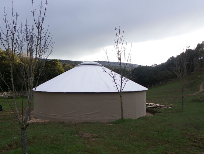 Imágenes de la Yurta en el el camping de Artaza donde  llevaremos adelante los círculos de palabra. (www.aldatu.eu)