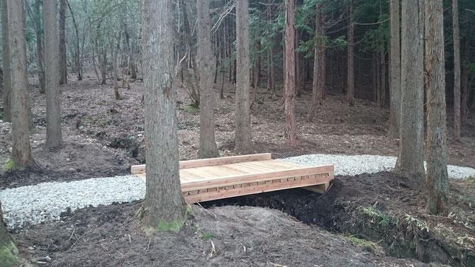 この林内で間伐した丸太を製材して小川を渡る木製橋を造りました