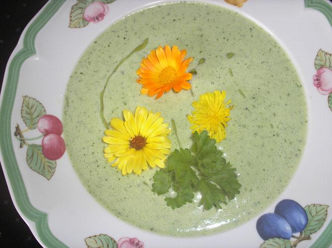 Rohköstliche Gurken - Kokos - Zucchini - Suppe mit Ringelblumen