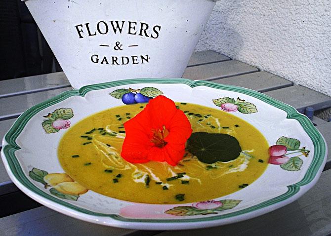 Bunte Zucchini-Flower-Suppe mit Kapuzinerblüte