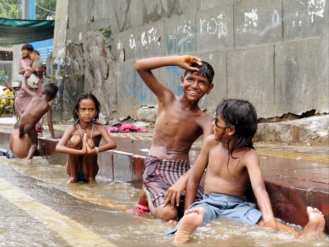 Badezeit in Delhis Straßen und Gassen