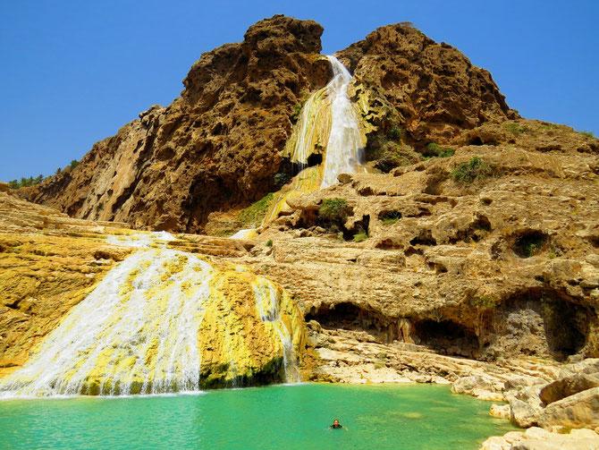 Die Quelle vom Wadi Darbat überrascht uns als Wasserfall und Badeteich