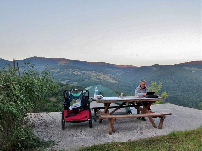 Freiwilliger Lagerplatz in den Bergen