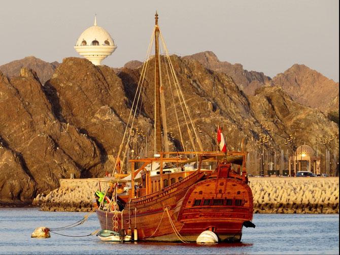 Dhau im Hafen von Maskat