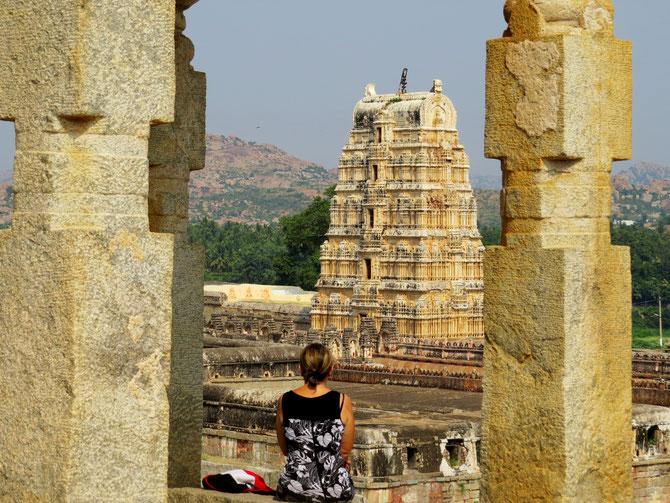 Es gibt viele Tempel in Hampi