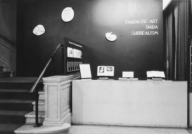 「幻想美術、ダダ、シュルレアリスム」展(1937年):アメリカで最初の大規模なシュルレアリスム展で重要な展覧会の1つ。