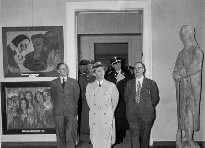 「退廃芸術展」を鑑賞するゲッベルス