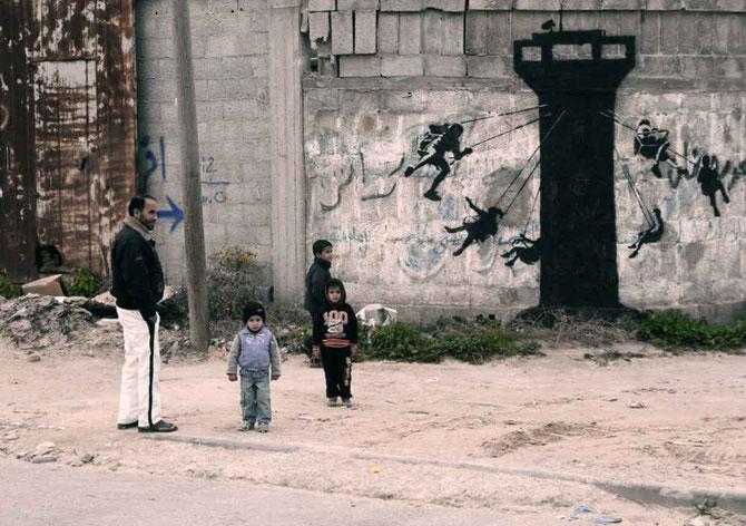 イスラエルの監視塔にぶらさがって遊んでいる子どもたちの絵